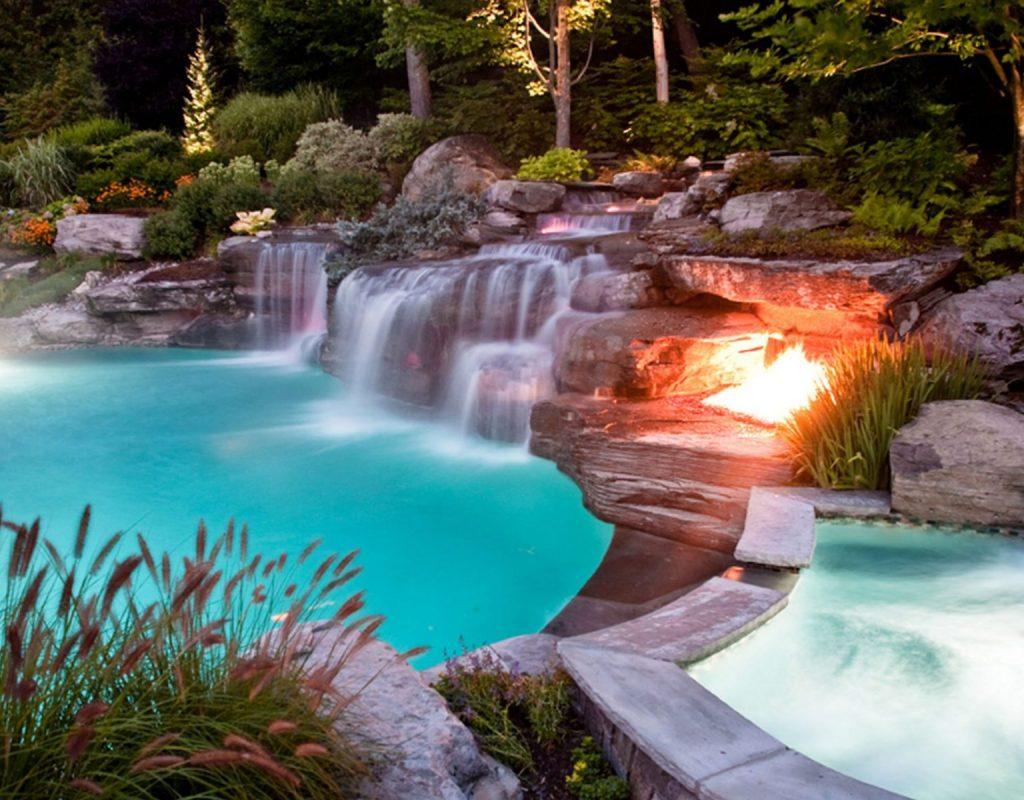 iluminación jardín con piscina moderna